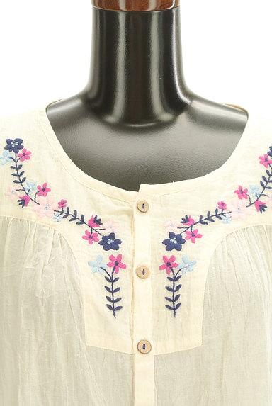 CUBE SUGAR(キューブシュガー)の古着「花刺繍7分袖ノーカラーシャツ(カジュアルシャツ)」大画像4へ