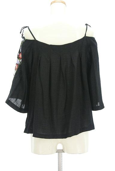 Lily Brown(リリーブラウン)の古着「ボヘミアン刺繍オフショルカットソー(カットソー・プルオーバー)」大画像2へ