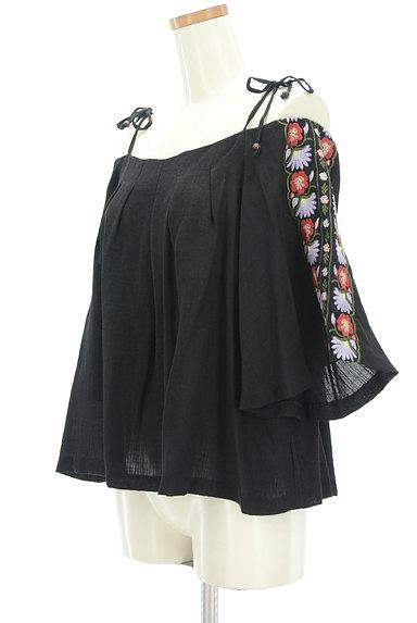 Lily Brown(リリーブラウン)の古着「ボヘミアン刺繍オフショルカットソー(カットソー・プルオーバー)」大画像3へ